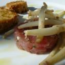 bruchetta met tonijntartaar en hopscheuten