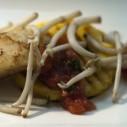 Kabeljauw met polenta, tomatenvinaigrette en hopscheuten